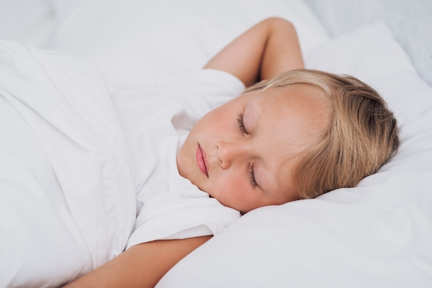 Vista frontal pequeño niño durmiendo