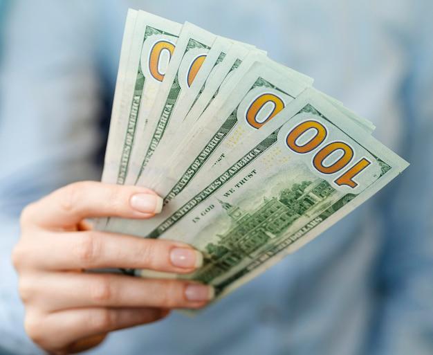 Vista frontal de la persona con dinero