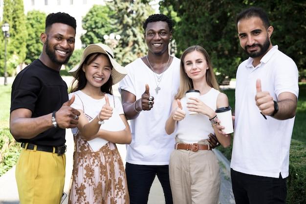 Vista frontal de personas multiétnicas aprobando.