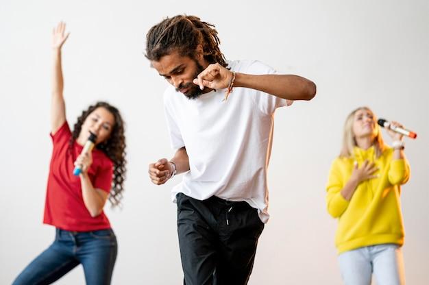 Vista frontal personas multirraciales cantando y bailando