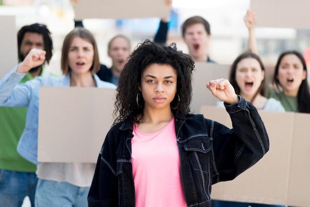 Vista frontal personas seguras que luchan por sus derechos