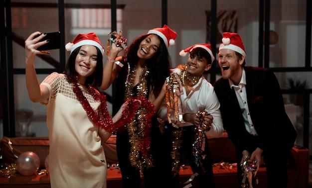 Vista frontal de personas tomando un selfie en una fiesta de fin de año