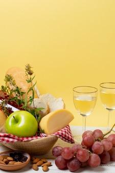 Vista frontal picnic golosinas en mesa de madera blanca