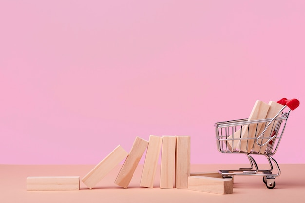Vista frontal de piezas de dominó con carrito de compras