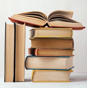 Vista frontal de la pila de libros con uno abierto