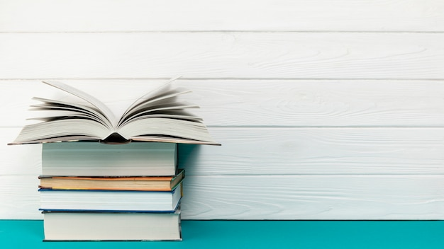 Vista frontal pila de libros con espacio de copia