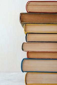 Vista frontal de la pila de libros