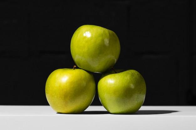 Vista frontal de la pila de manzanas verdes