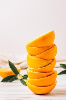 Vista frontal pila de pieles de naranjas