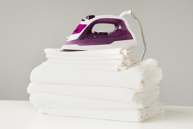 Vista frontal pila de toallas con plancha