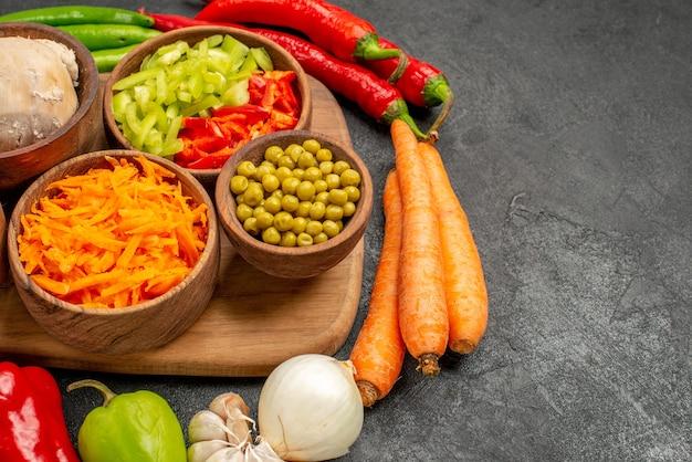 Vista frontal de pimientos picantes con frijoles y pollo en ensalada de color de mesa oscura madura fresca Foto gratis