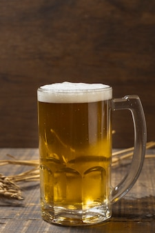 Vista frontal pinta con cerveza refrescante