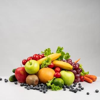 Vista frontal de la pirámide de alimentos saludables