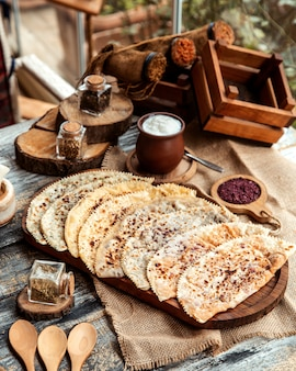 Vista frontal de un plato tradicional azerbaiyano kutab con carne de hierbas y calabaza con yogur y zumaque