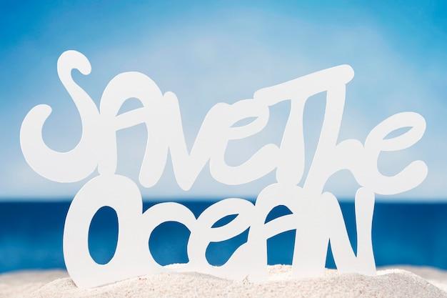 Vista frontal de la playa con salvar el océano