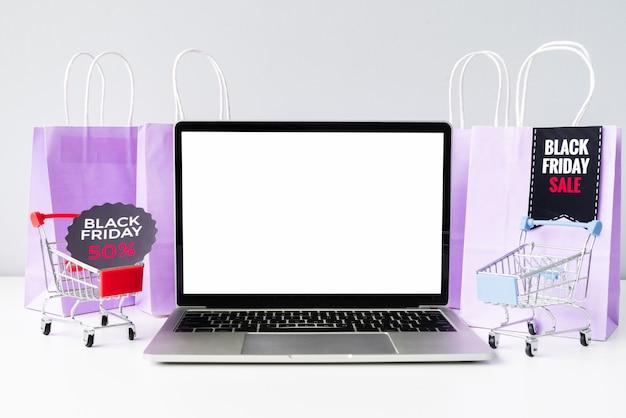 Vista frontal portátil con maqueta de carros de compras
