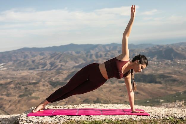 Vista frontal pose de yoga con equilibrio