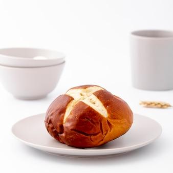 Vista frontal de primer plano pan horneado en plato blanco