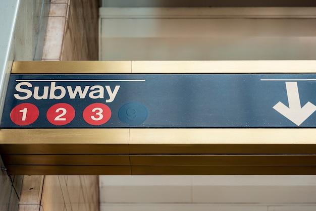 Vista frontal del primer signo de metro