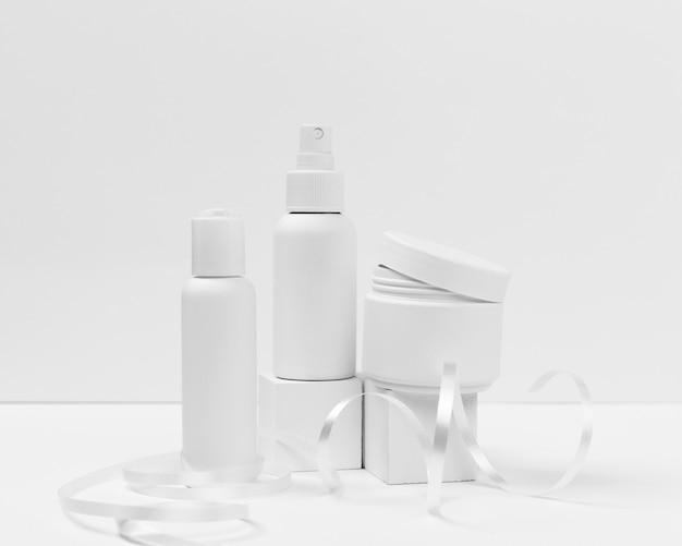 Vista frontal de productos cosméticos con espacio de copia