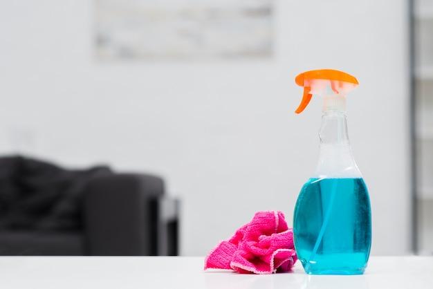 Vista frontal de productos de limpieza