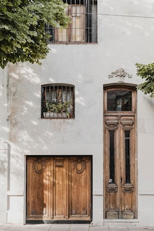 Vista frontal de puertas residenciales en la ciudad.