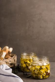 Vista frontal de queso en frasco sobre tabla de madera