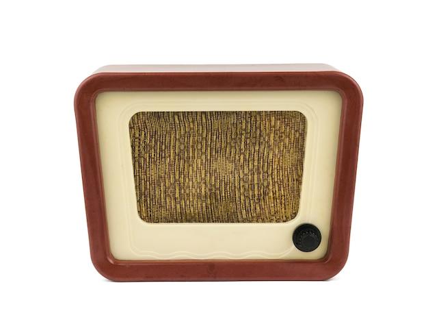 Vista frontal de la radio vintage aislado en blanco b