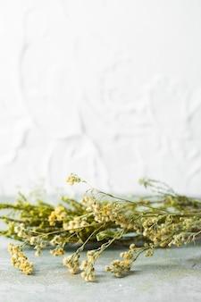 Vista frontal ramo de flores para el cuidado de la piel