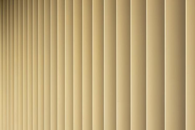 Vista frontal de rayas 3d beige o doradas. louvre persianas como patrón.