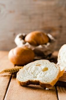 Vista frontal de la rebanada de pan en la mesa de madera