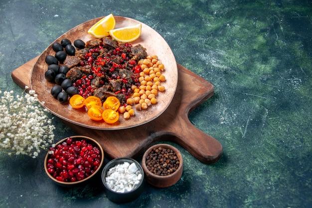 Vista frontal rebanadas de carne sabrosa comida frita con frutas dentro de la placa sobre fondo oscuro