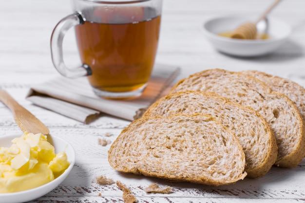 Vista frontal rebanadas de pan y una taza de té