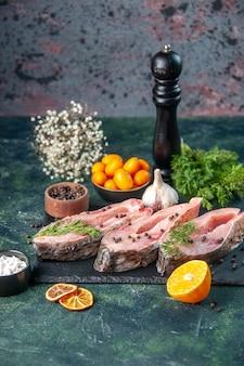 Vista frontal rebanadas de pescado fresco con pimienta sobre superficie oscura carne del océano comida cruda foto de agua cena de color de mariscos
