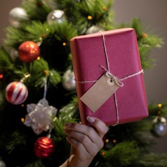 Vista frontal regalo de navidad envuelto en casa