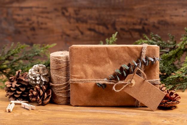 Vista frontal de regalo de navidad y piñas