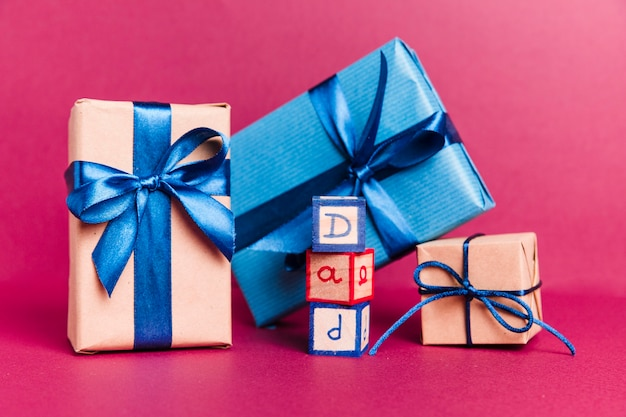 Vista frontal regalos del día del padre sobre la mesa
