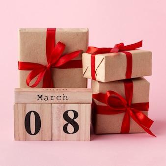 Vista frontal de regalos envueltos con letras del 8 de marzo