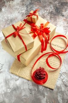 Vista frontal de regalos de navidad con lazos rojos sobre fondo blanco.