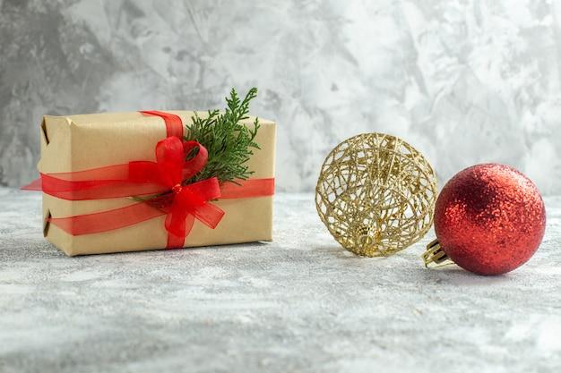 Vista frontal de regalos de navidad sobre fondo blanco.
