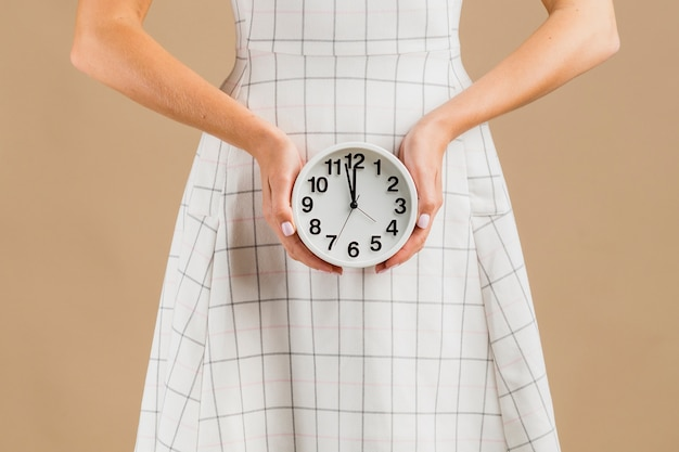 Vista frontal del reloj del período del año