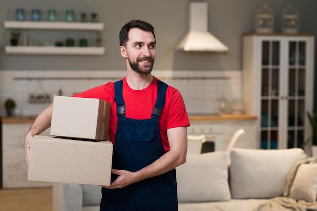 Vista frontal del repartidor con cajas