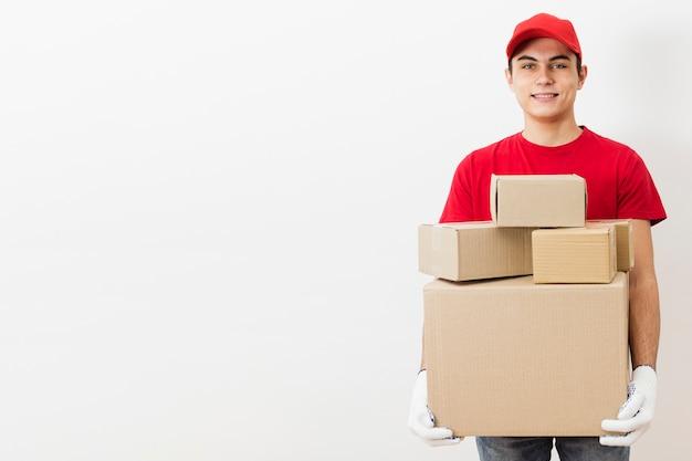 Vista frontal repartidor con paquetes