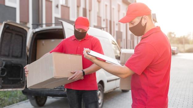 Vista frontal de los repartidores en el concepto de trabajo