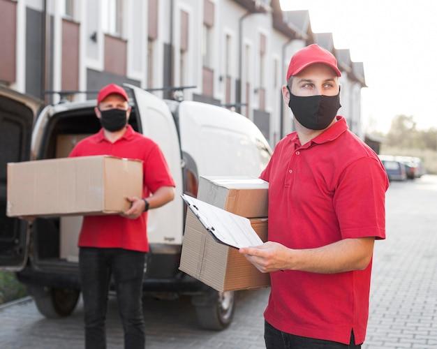 Vista frontal de los repartidores con máscara