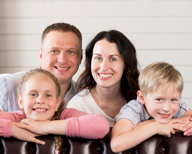 Vista frontal del retrato de familia feliz