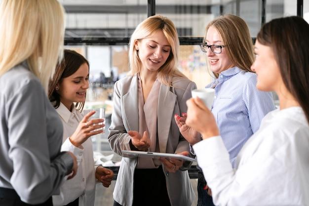 Vista frontal reunión femenina en maqueta de trabajo