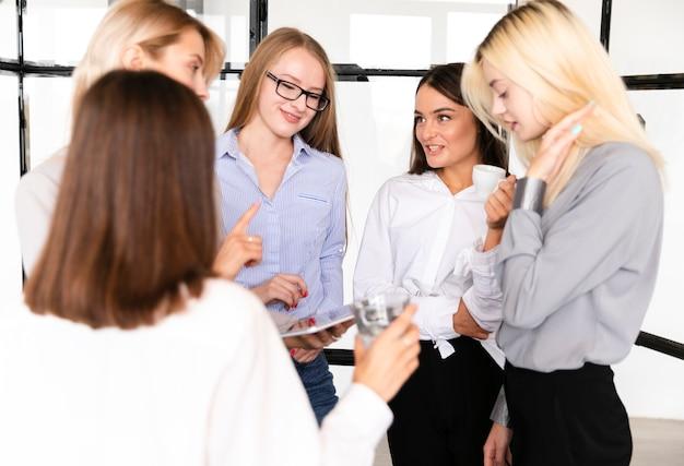 Vista frontal reunión femenina en el trabajo