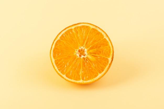Una vista frontal rodaja de naranja fresca dulce jugosa madura aislado en el fondo de color crema jugo de cítricos verano