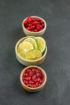Vista frontal rodajas de limón fresco con bayas